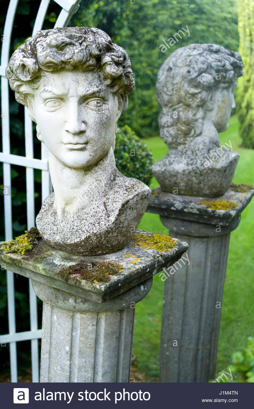 STATUE AND MIRROR FEATURE - OLD VICARAGE GARDENS  EAST RUSTON - Stock Image