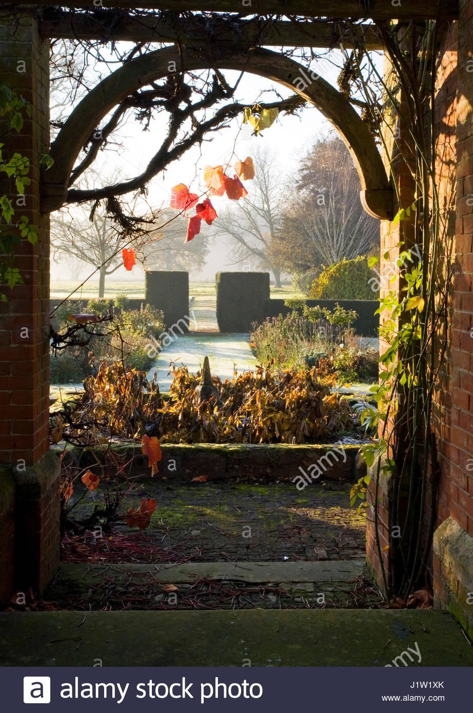 AUTUMN MORNIN THROUGH CLOISTERS ARCH AT STOW HALL GARDEN - Stock Image