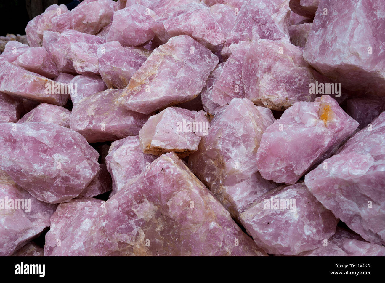 Rose quartz mined near Mzimba, Malawi, by artisanal miners for export mainly to China - Stock-Bilder
