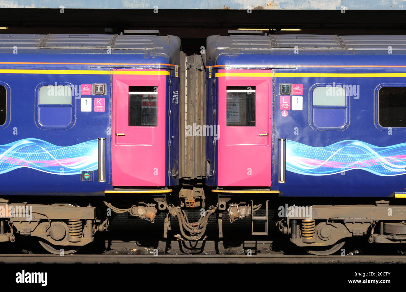 Two doors and connecting passageway between two carriages of an  InterCity 125 diesel train in First Great Western - Stock-Bilder