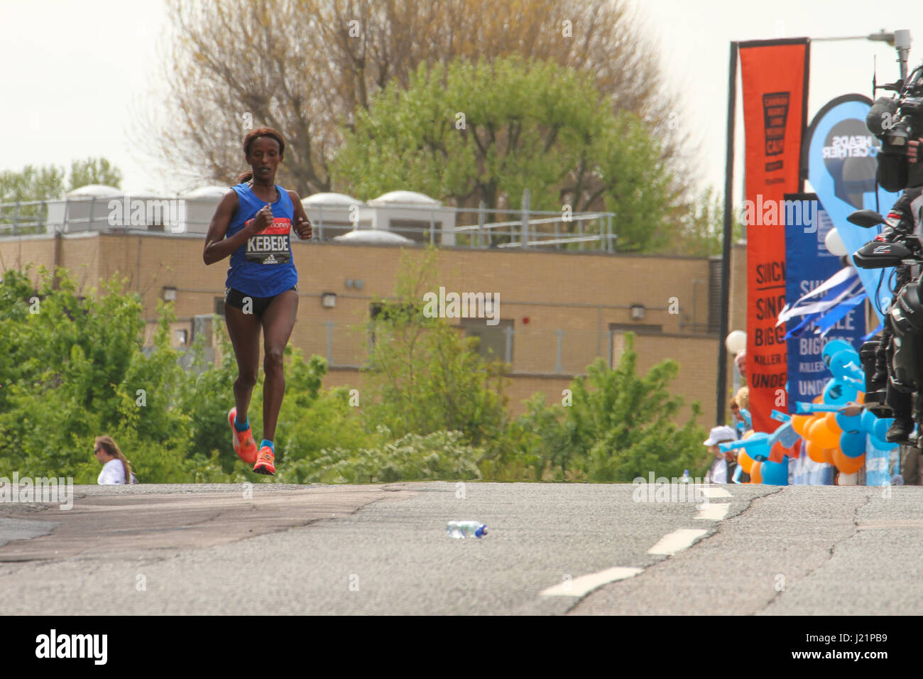 London, UK. 23rd Apr, 2017.   Aberu KEBEDE (ETH) races towards the 17 mile mark at Madchutte during the 37th London - Stock Image