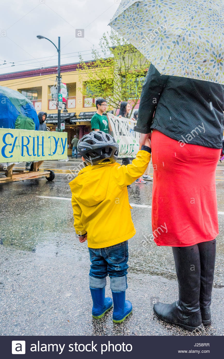 Mother and child watch Earth Day Parade and Festival, Vancouver, British Columbia, Canada - Stock Image