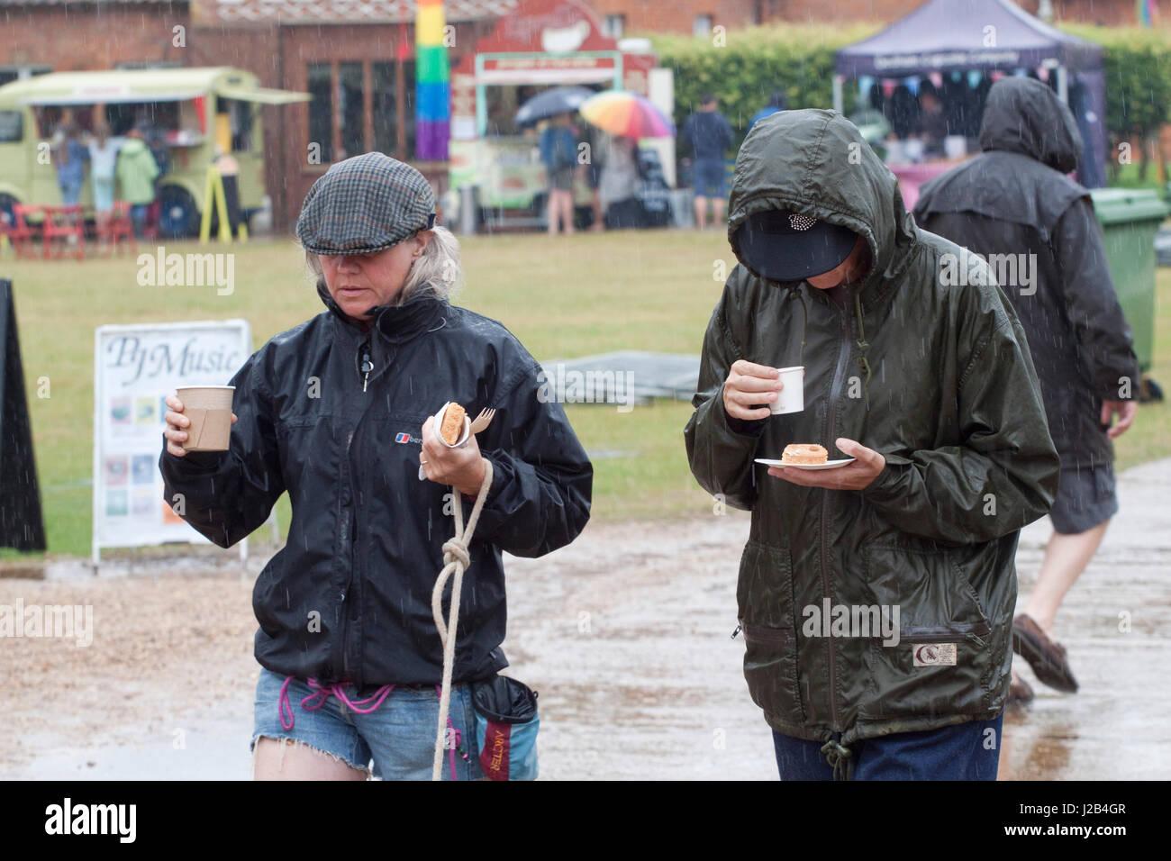 Breakfast in the rain at the Maverick Americana music festival - Stock Image