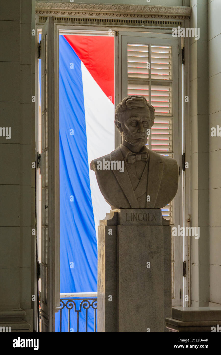 Cuba. Havana. Museum of the Revolution. Marble bust of Abraham Lincoln with the Cuban flag behind. - Stock-Bilder