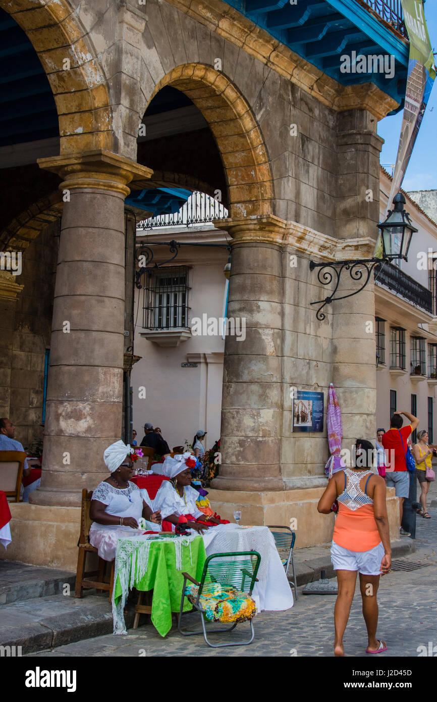 Cuba. Havana. Old Havana. Women in traditional dress, Plaza de la Catedral. - Stock-Bilder