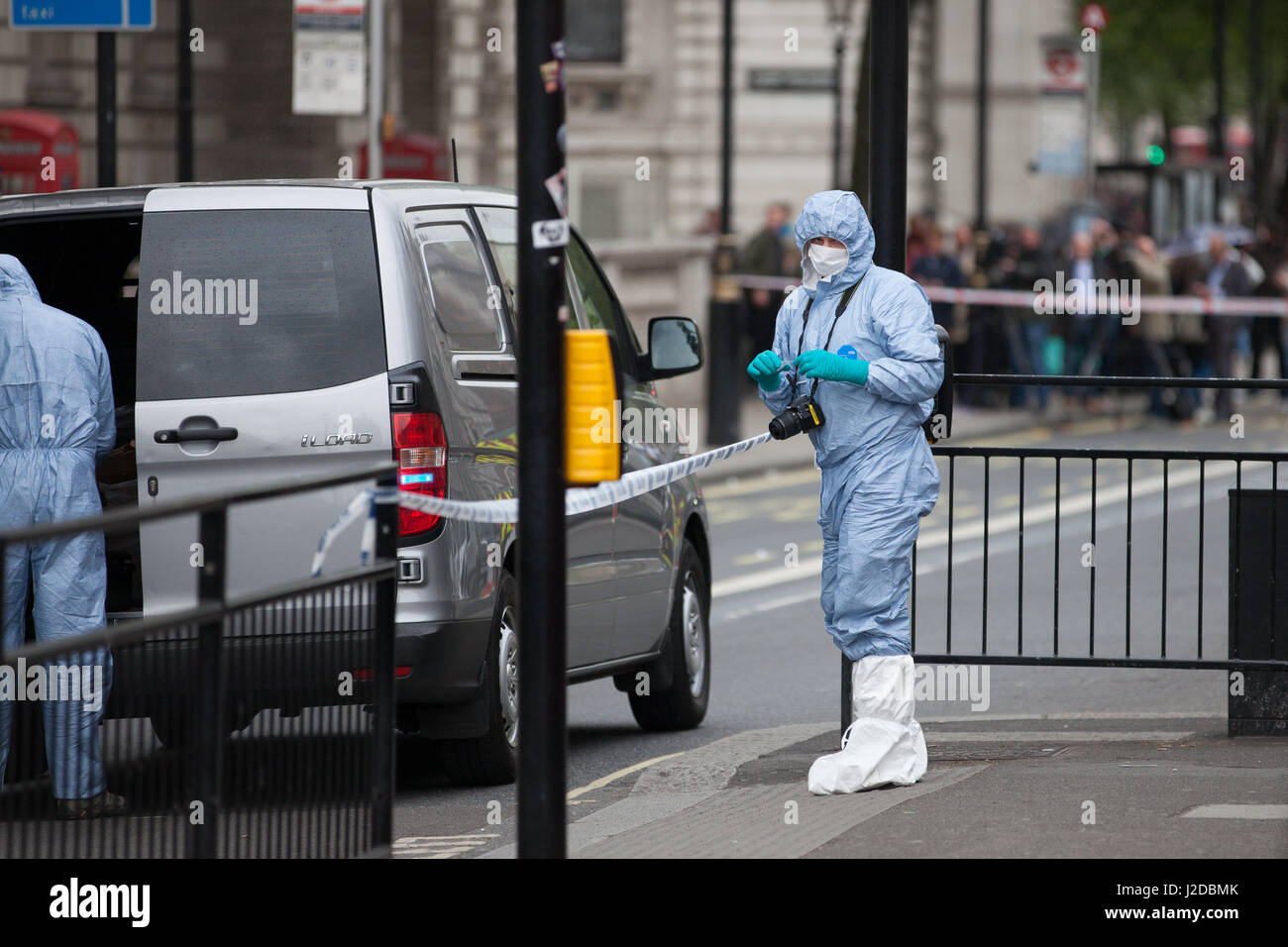 London, UK. 27th April, 2017. Police forensic officers carry out investigations within a cordon around the area - Stock Image