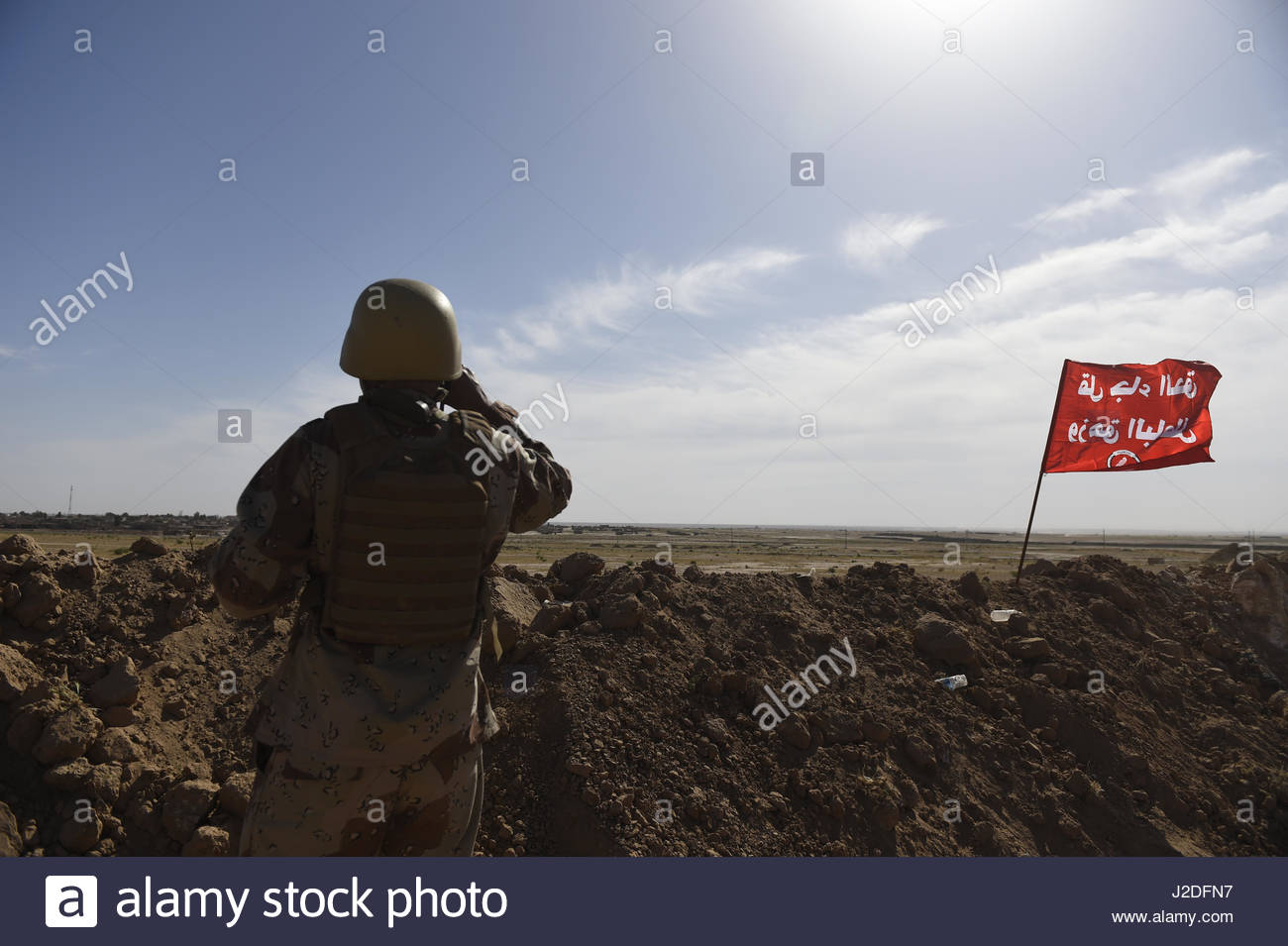 Hatra, Iraq. 27th Apr, 2017. A fighter looks out with telescopes as the Popular Mobilisation paramilitary forces - Stock Image