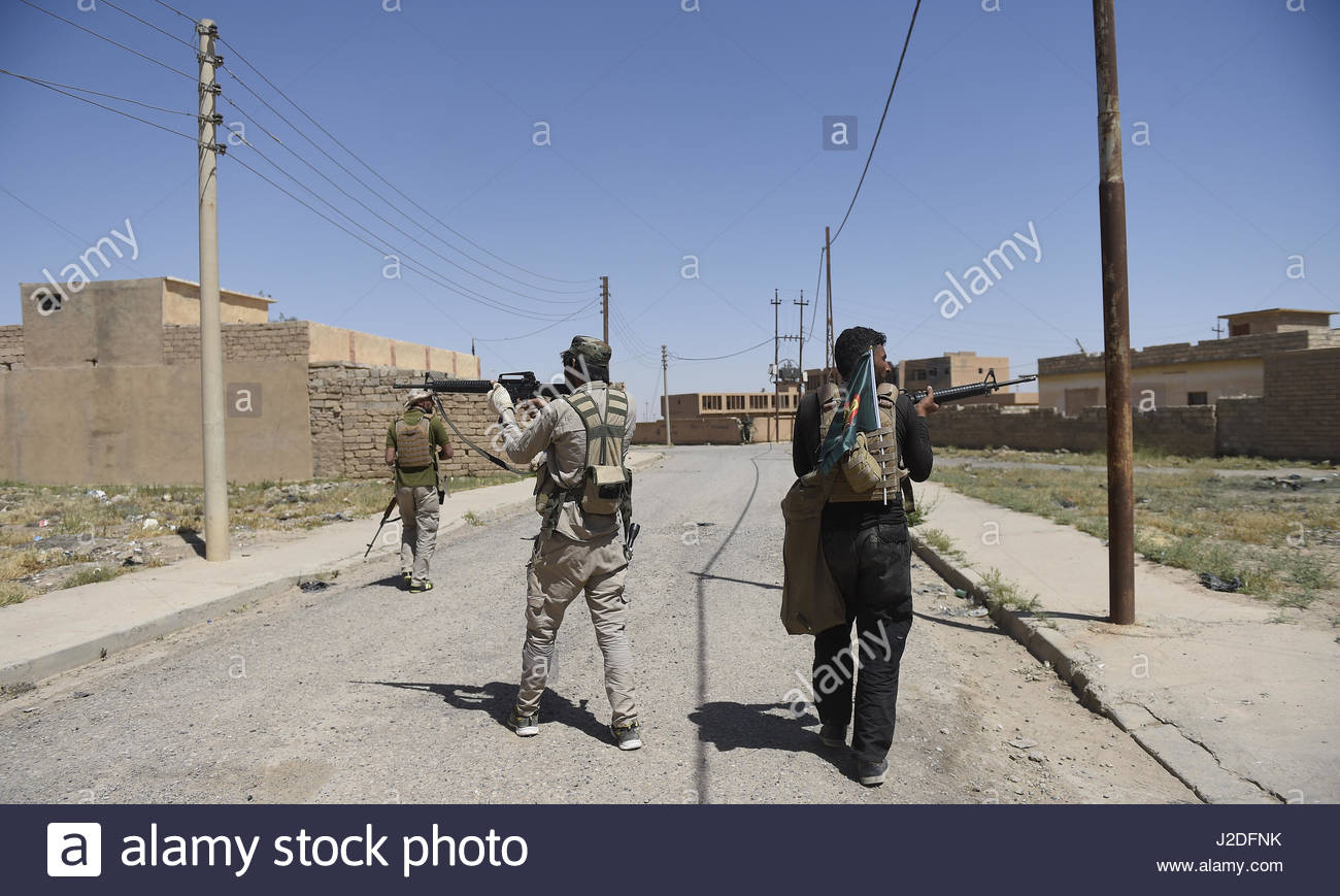 Hatra, Iraq. 27th Apr, 2017. Fighters aim with their guns as the Popular Mobilisation paramilitary forces managed - Stock Image