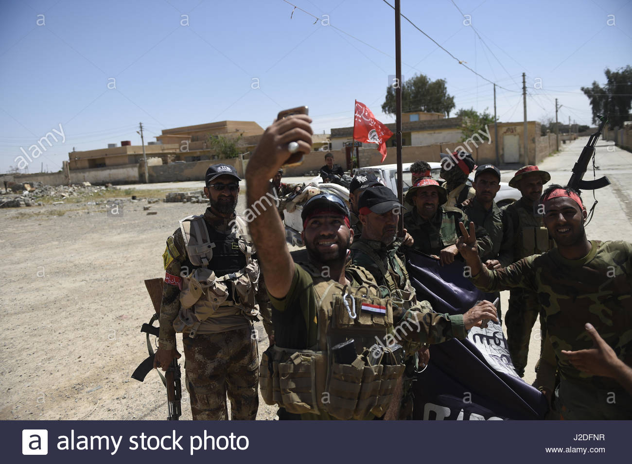 Hatra, Iraq. 27th Apr, 2017. Iraqi government forces from Popular Mobilization Units (PMU) take celebratory selfies - Stock Image