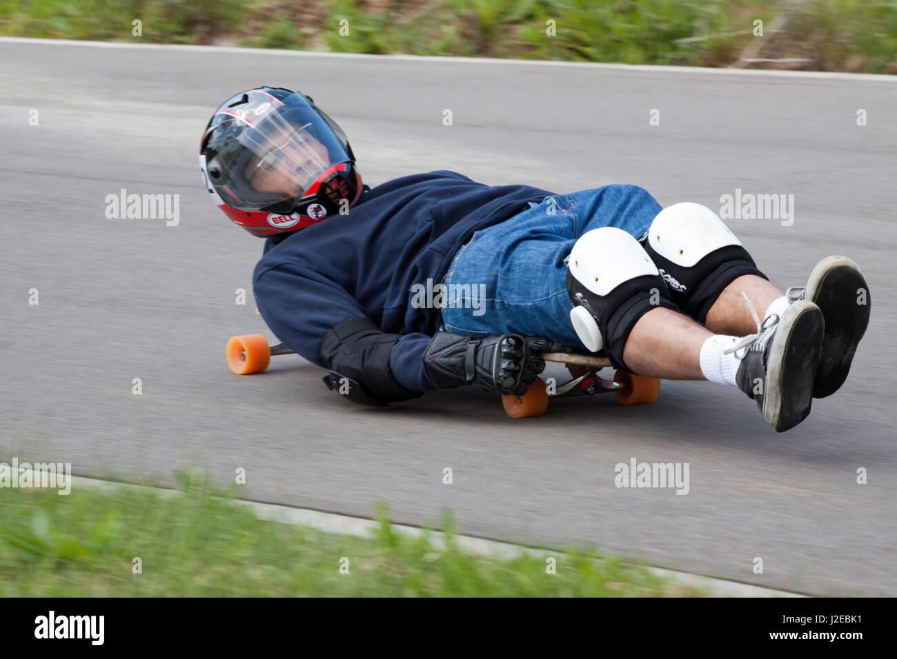 Buckboarders racing downhill on a closed circuit - Stock Image