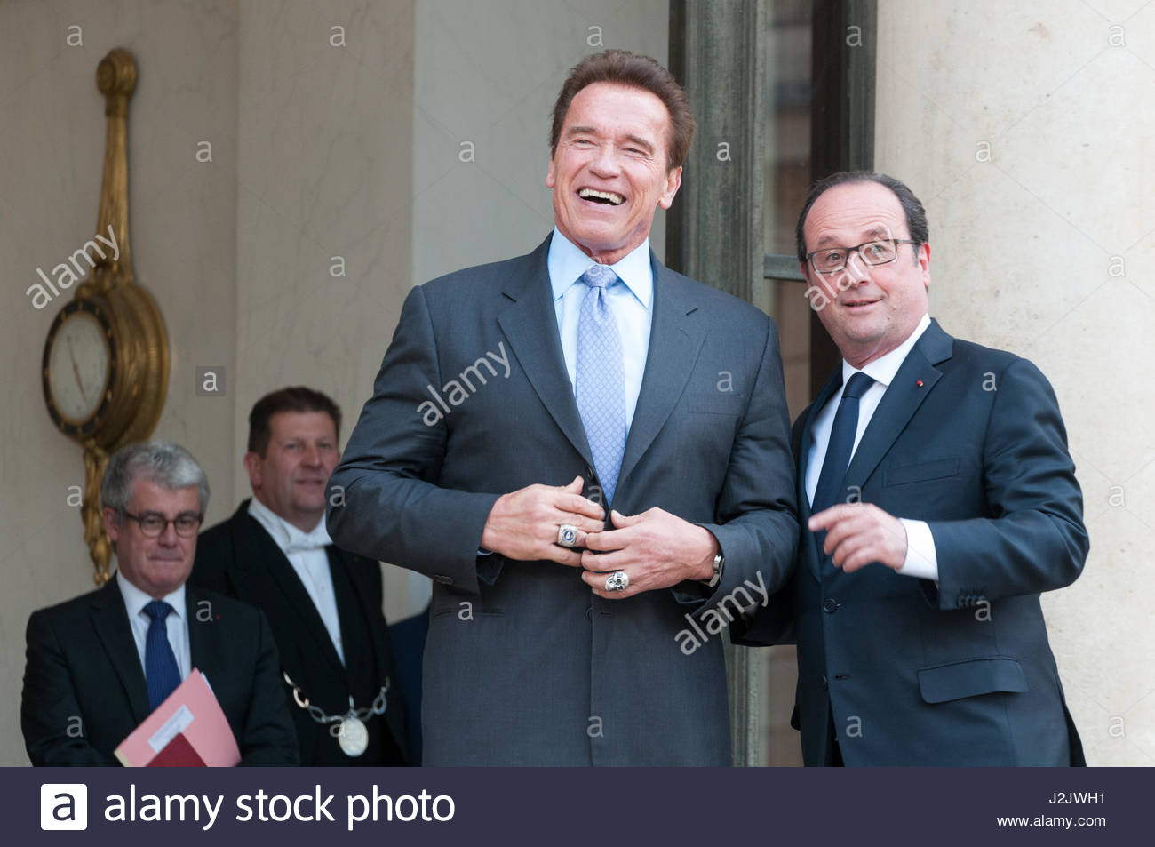 Paris, France. 28th Apr, 2017. French President Francois Hollande (R) poses with US actor and former governor of - Stock Image