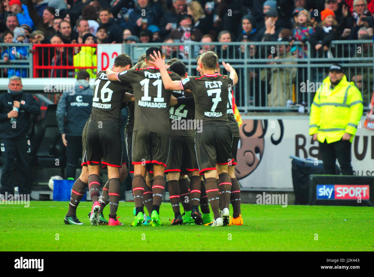 Hamburg, Germany. 28th April, 2017. FC St. Pauli vs. 1. FC Heidenheim (3:0), Hamburg, Germany: Celebration of first - Stock-Bilder