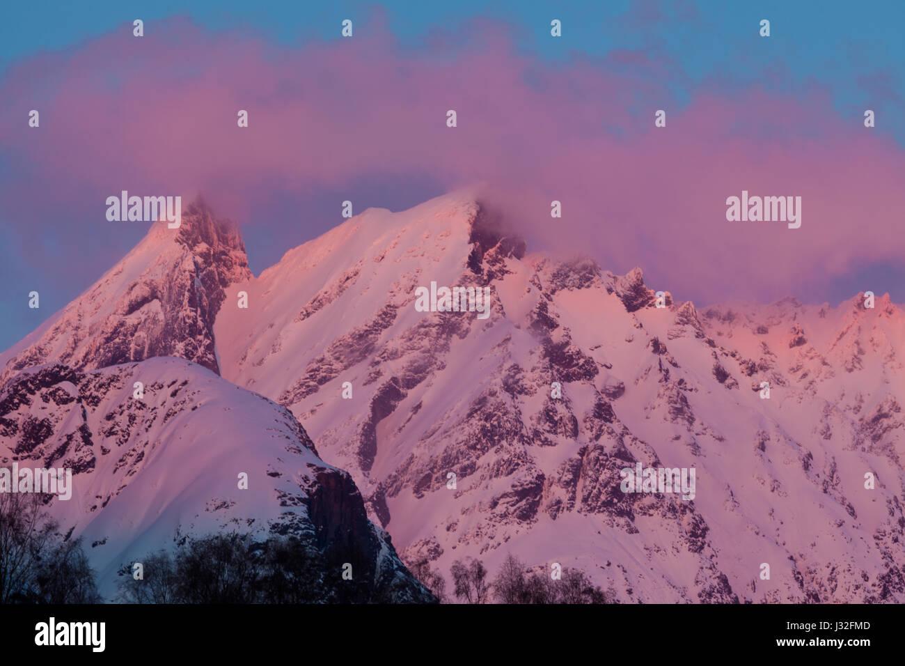 Colored evening light on the mountain Store Vengetind, Møre og Romsdal, Norway. - Stock-Bilder