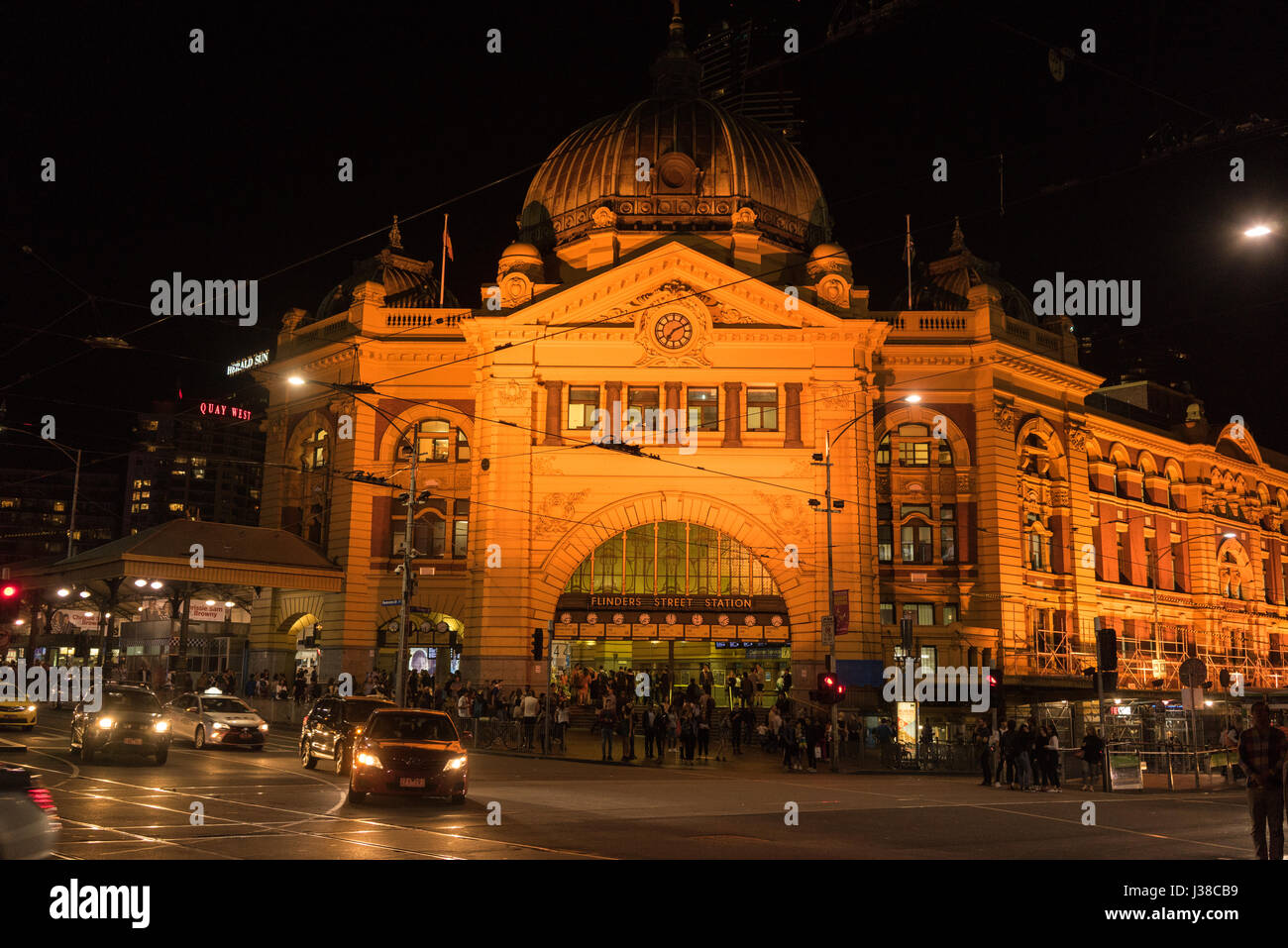 Flinders Street railway station is on the corner of Flinders and Swanston Streets in Melbourne, Australia. It serves - Stock-Bilder