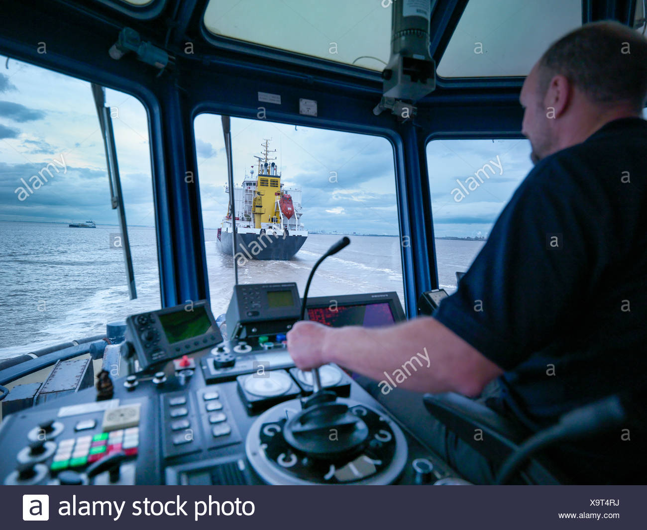 how to become a tugboat driver