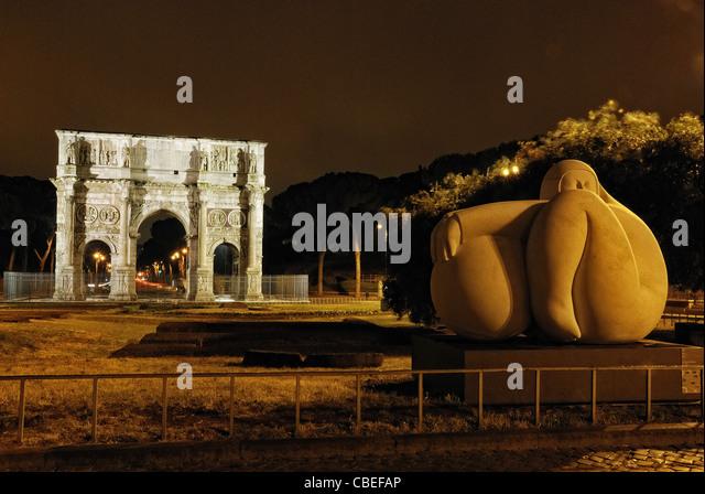 Roma Arco Di Costantino e scultura di Jiménez Deredia - Stock Image