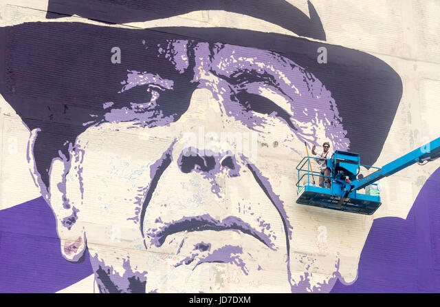 Montreal, Canada. 18th June 2017. Artist Kevin Ledo paints Leonard Cohen Mural at the corner of Saint-Dominique - Stock-Bilder