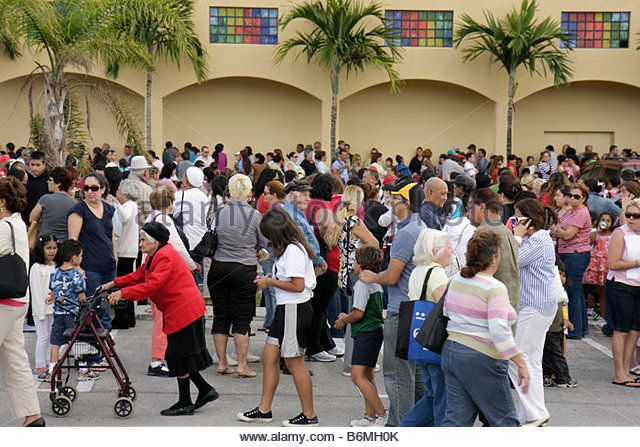 Miami Florida Alpha-Omega Church Thanksgiving turkey give-away give away free food needy volunteers Hispanic crowd - Stock Image