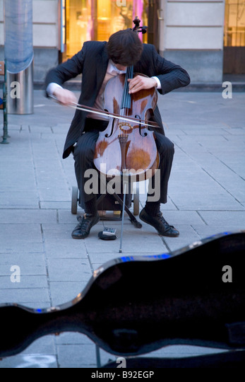 Busker playing in Vienna Austria - Stock Image