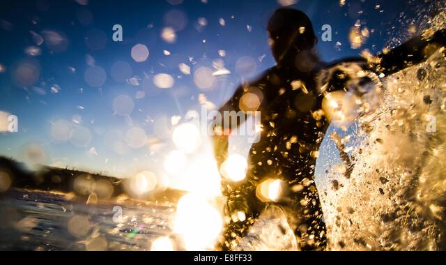 Silhouette of man surfing, Manhattan Beach, California, America, USA - Stock Image