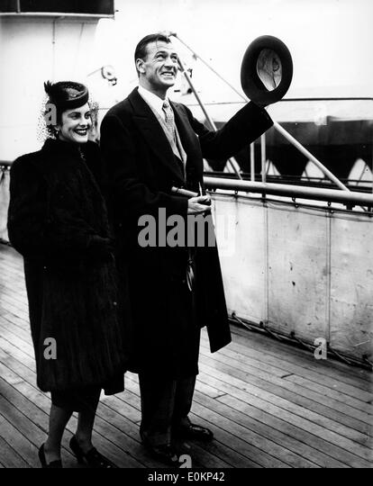 Actor Gary Cooper with wife Veronica Rocky Balfe - Stock Image