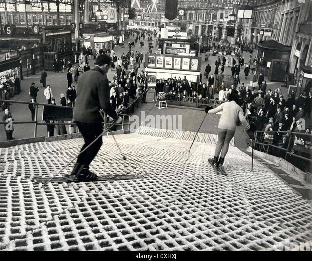 Jan. 02, 1967 - Scottish fortnight: ''Dry'' Ski Run at Waterloo Station: Expert skiers were in action - Stock Image