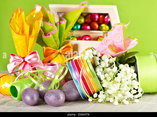 colorful easter decoration. eggs and flowers on green - Stock Image