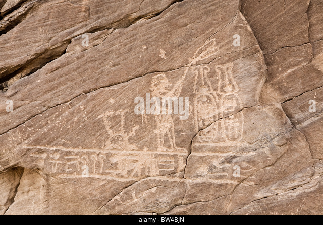 Petroglyph depicting fan bearer before two plumed cartouches on wall in Wadi Hammamat, eastern Desert Egypt - Stock Image