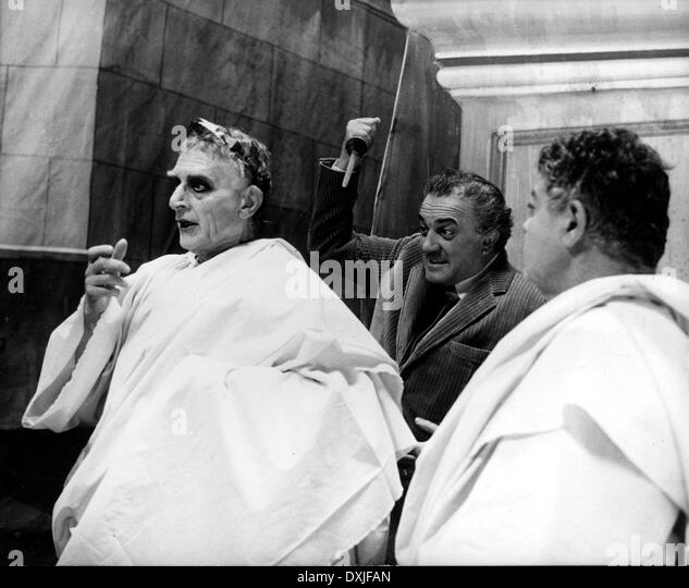 FELLINI ROMA (IT/FR 1972) 'FEDERICO FELLINI SHOWS AN ACTOR H - Stock Image