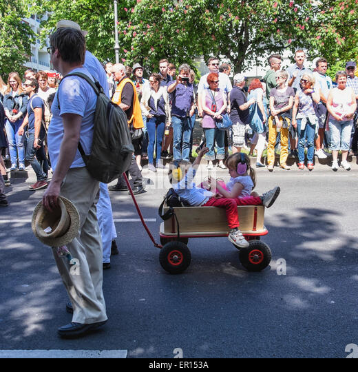Kreuzberg, Berlin, Germany, 24th May 2015. Two young children with earmuffs in wood wagon in the parade as Berlin - Stock-Bilder