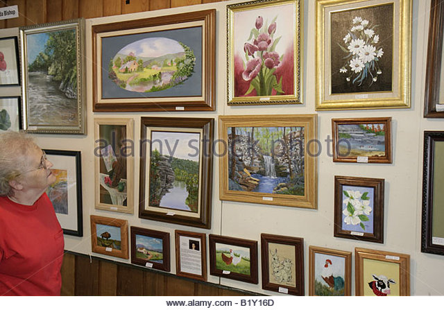 Arkansas Ozark Mountains Mountain View Ozark Folk Center State Park Art Gallery woman senior framed paintings display - Stock Image