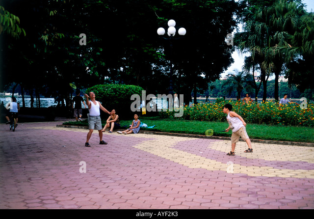 Children playing badminton in Lenin Park Hanoi people - Stock Image