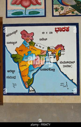 Asien, Indien, Karnataka, Gokarna, indische Landkarte an einer Grundschule - Stock-Bilder