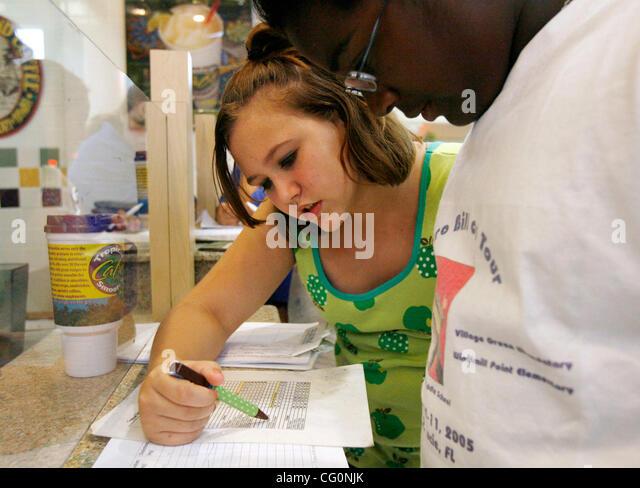 Jul 10, 2007 - Jensen Beach, FL, USA - KATELYNN SCHRIMSHER, of St. Lucie West - 12 years old  (center) checks nutritional - Stock Image