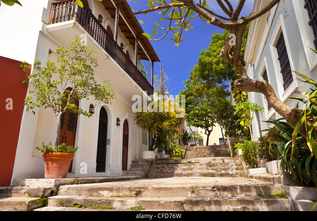 OLD SAN JUAN, PUERTO RICO - Charming plaza between buildings with stairs. - Stock Image