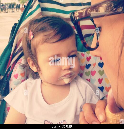 Mother and daughter eating ice cream - Stock Image