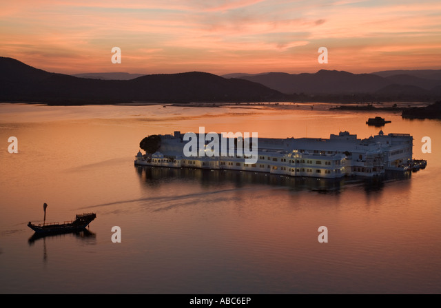 Jag Niwas at sunset Also known as the Lake Palace Hotel. Lake Pichola. Udaipur India - Stock-Bilder