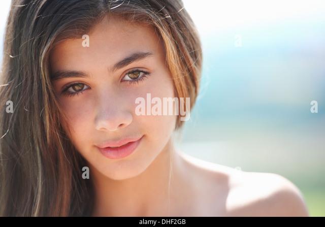 Portrait of brunette teenage girl looking at camera - Stock-Bilder