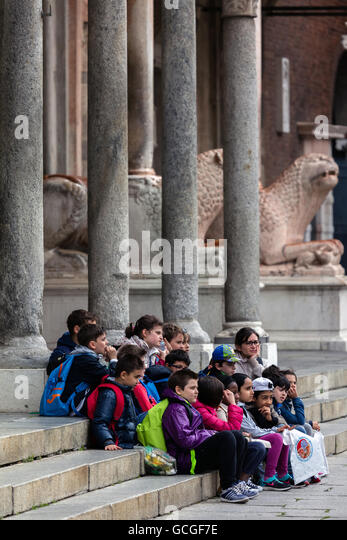 Group of  children on the steps of the Cremona Cathedral - Stock Image