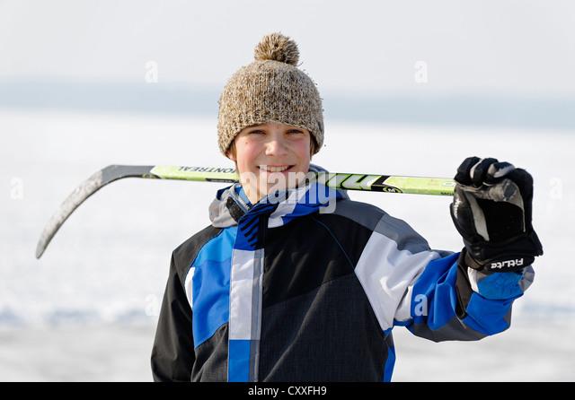 Boy playing ice hockey, near St. Heinrich, Lake Starnberg, Five Lakes region, Upper Bavaria, Bavaria - Stock Image