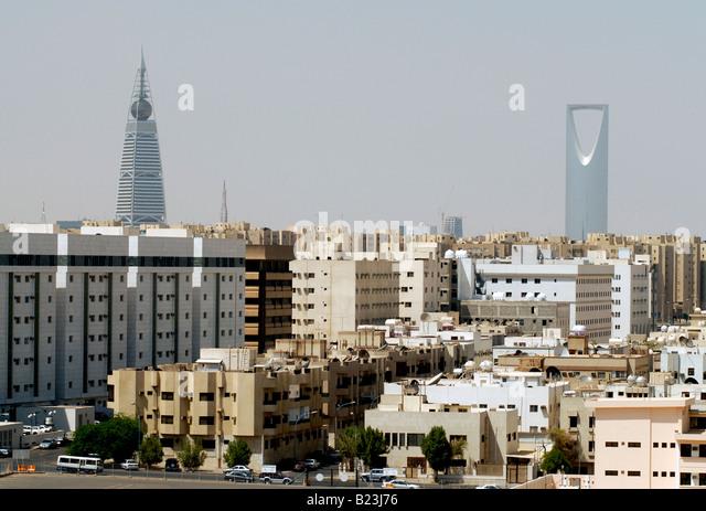 View over Riyadh with the Al Faisaliah and Kingdom Tower dominating the skyline, Saudi Arabia. - Stock Image