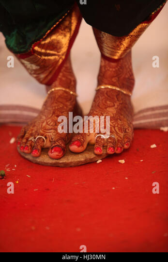 The feet of an Indian bride during the ritual in a traditional Hindu wedding. - Stock-Bilder
