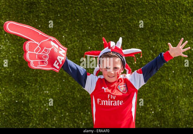 London, UK. 30 May 2015. A young Arsenal supporter waves, as fans gather at Wembley Stadium for the 2015 FA Cup - Stock-Bilder