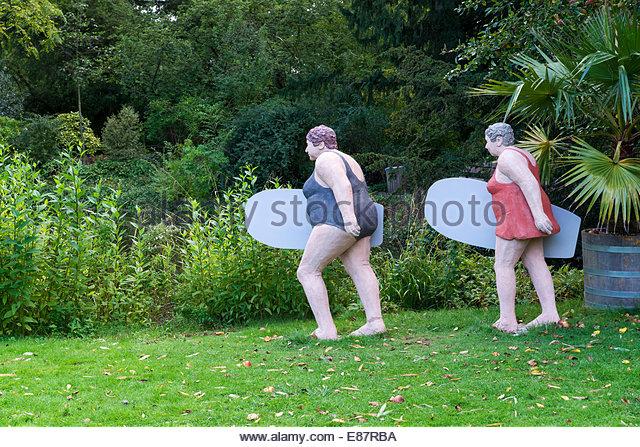Elderly ladies on their way to surf, 'Alltagsmenschen', everyday people, concrete figures by Christel Lechner - Stock-Bilder