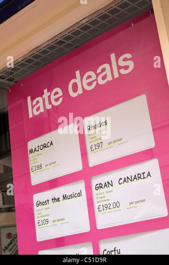 Late Deals in UK travel agency window - Stock-Bilder