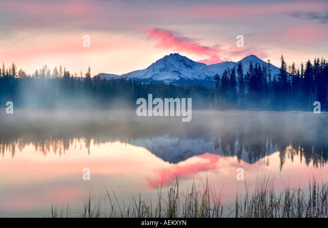 Sunrise on Scott Lake with North and Middle Sister Mountain Central Oregon - Stock-Bilder