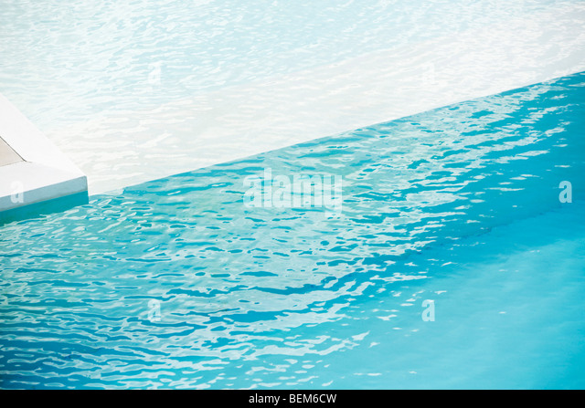 Swimming pool with ledge separating deep and shallow ends - Stock-Bilder