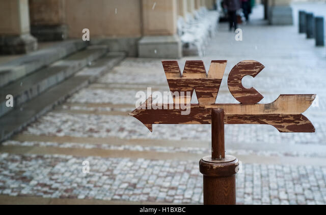 closeup photo of a wooden WC sign in a Karly Vary street - Stock-Bilder