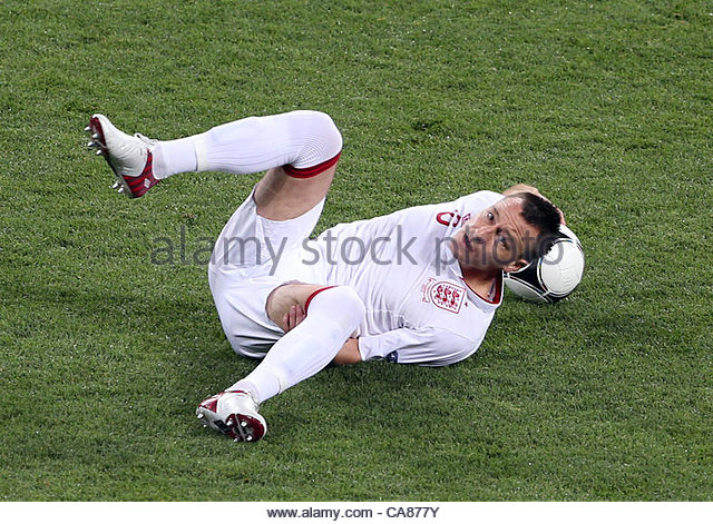 24/06/2012 Kiev. Euro 2012 Football. England v Italy. An ungainly fall for John Terry. Photo: Mark Leech. - Stock-Bilder