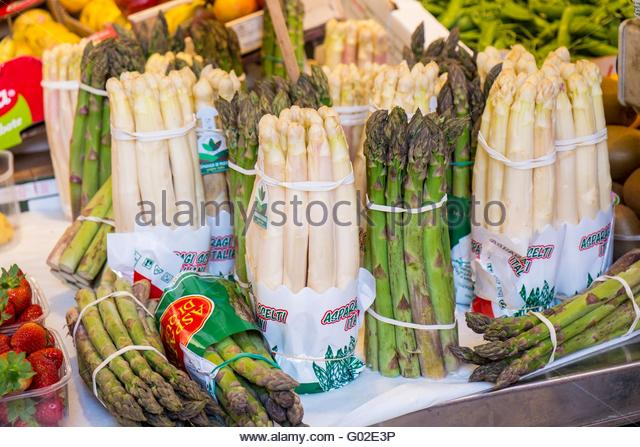 White and green asparagus for sale at Rialto market, Venice, Italy, April - Stock-Bilder